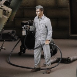 Soldier spray painting (1/35 scale)