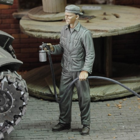 Soldier spray painting (1/48 scale)