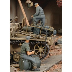German crew refuelling tank - WWII (1/35)