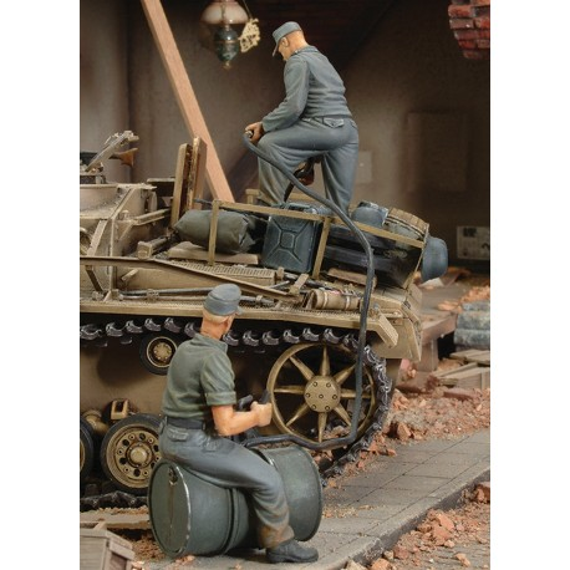 German crew refuelling tank - WWII (1/35)