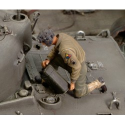 U.S. CREW member refuelling tank - WWII (1/35)