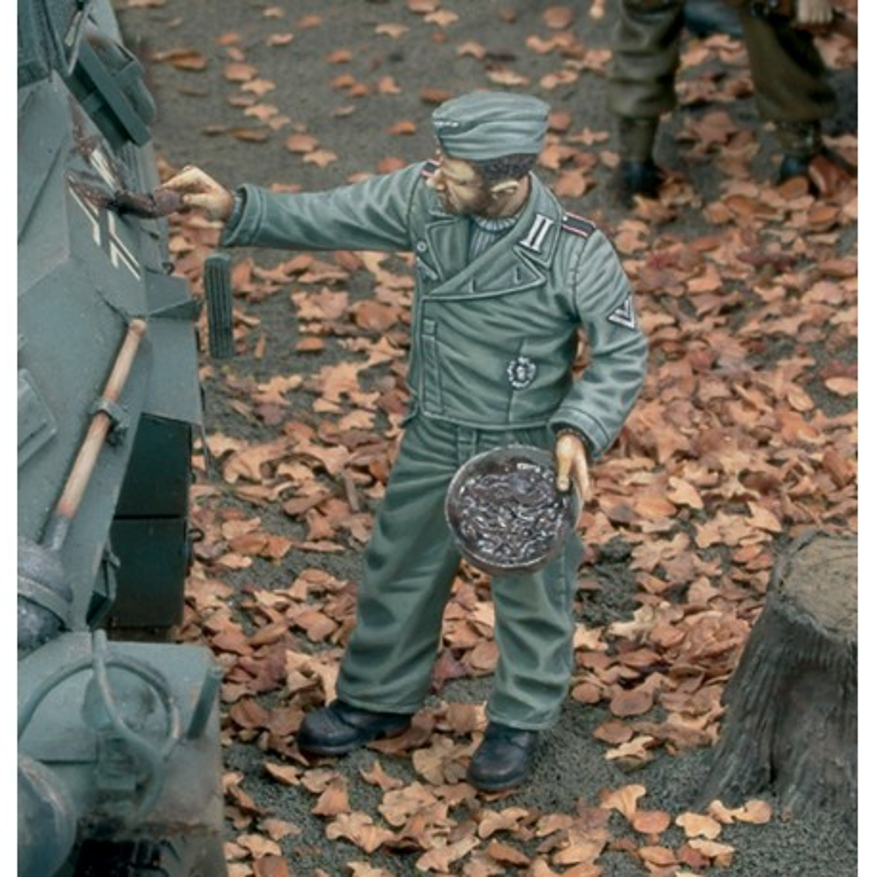 German tanker getting mud-camouflage - WWII (1/35)