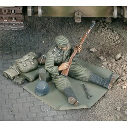 German soldier cleans up his rifle - WWII (1/35)