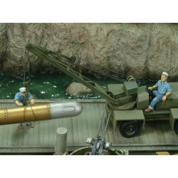 U.S. sailors loading torpedo - WWII (1/35)