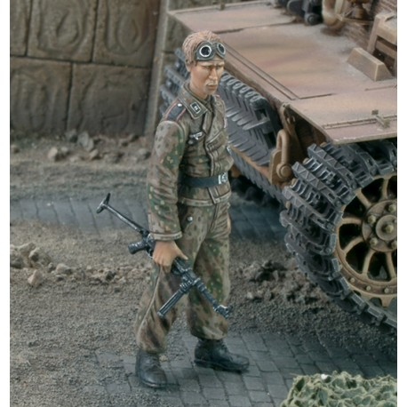 SS-Unterscarfuhrer with MP - 40 WWII (1/35)