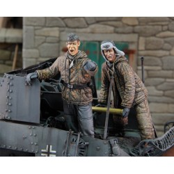 German tankers loading ammo in winter dress WWII (1/35)