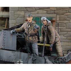 German tankers loading ammo in winter dress WWII (1/35)